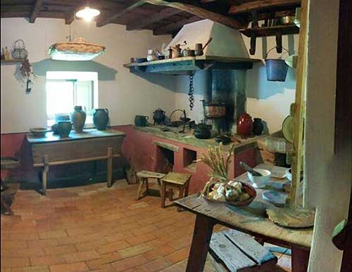 Museo etnogr fico de porr a casas rurales en picos de europa - Casas antiguas por dentro ...